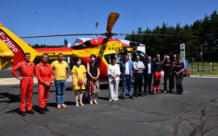 Sophie Pantel et le délégué territorial de l'Agence régionale de santé rendent visite à l'équipage du Dragon 48